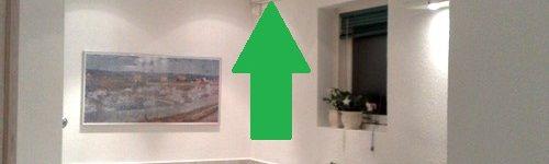 Verwarming geplaatst boven tegen het plafond in de badkamer