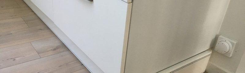 Elpan Wanpan onder een keukenblok gemonteerd. Lang stuk Elpan met hoekstuk naar kort stuk blind paneel